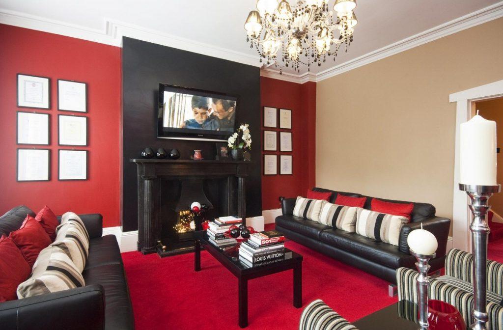 Фото комнат квартиры с красными обоями