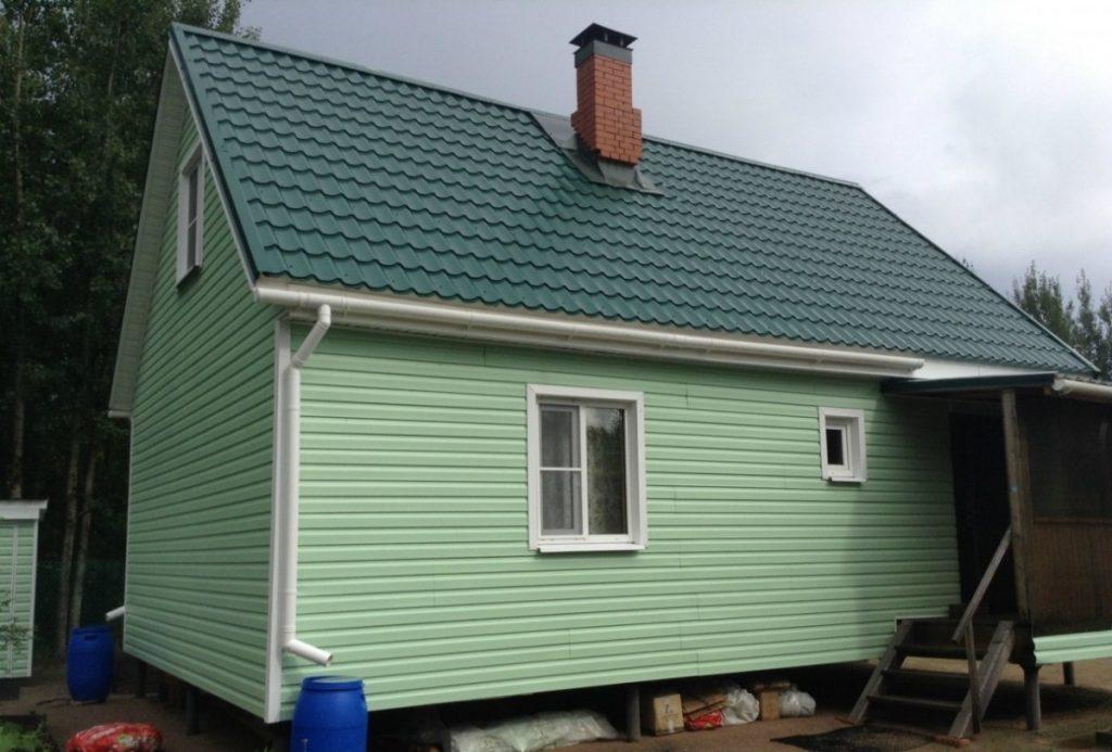Дом под сайдинг с зеленой крышей фото
